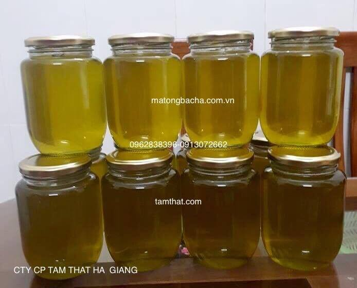Mật ong đựng trong chai thủy tinh mỏng có màu xanh đục