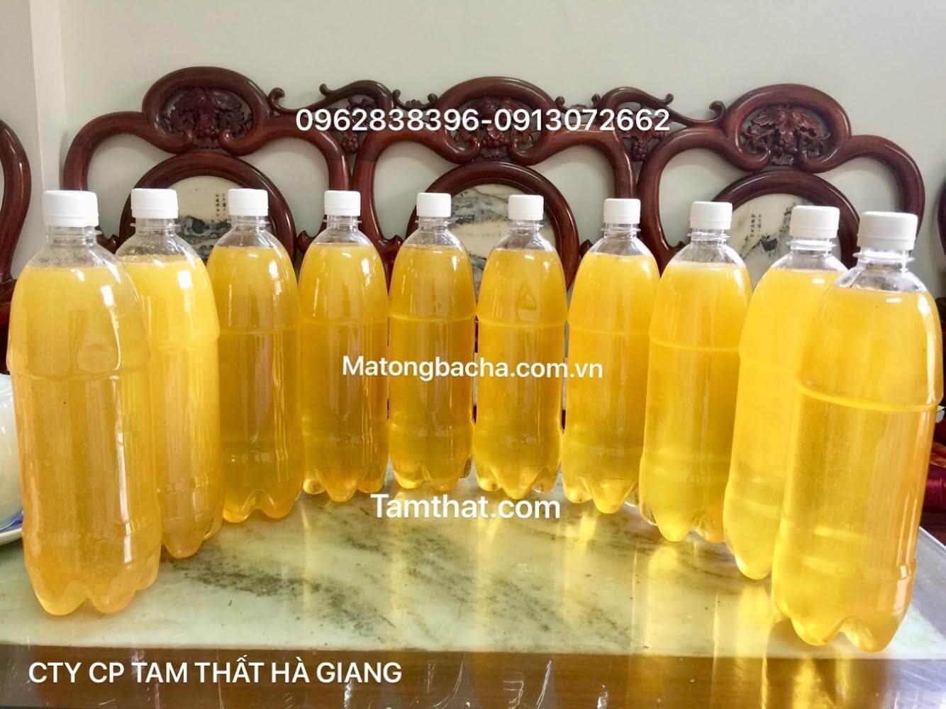 Mật ong bạc hà đựng trong chai nhựa trong có màu vàng chanh