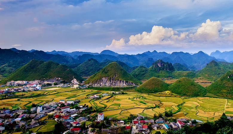 Quản bạ nằm ở đầu cao nguyên đá, nên địa hình vẫn nhiều núi đất