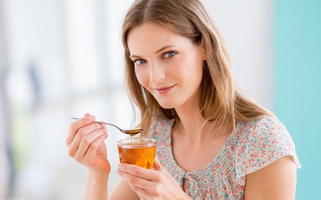 Uống mật ong hàng ngày giúp cơ thể tăng sức để kháng, sức khỏe được nâng cao.