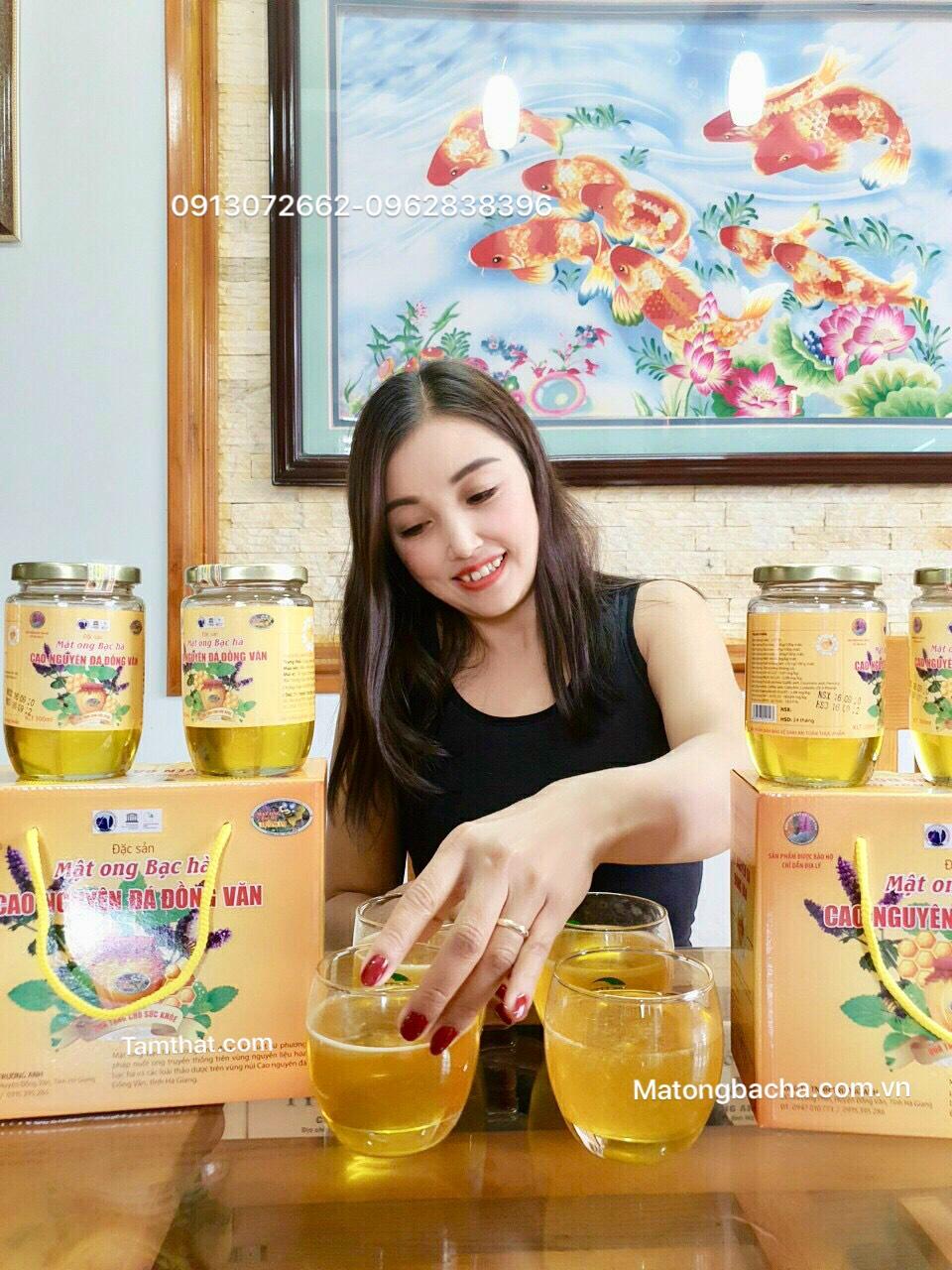 Em gái xinh tươi xin mời các anh, các chị mua mật ong bạc hà xịn cho em nha!
