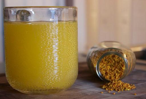 Pha phấn hoa với nước ấm, mật ong là cách sử dụng dễ dàng và hiệu quả nhất.