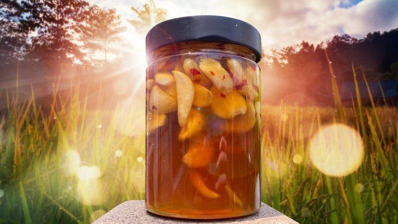 Tỏi lên men mật ong thường được để ở nơi ấm áp, tránh ẩm ướt.