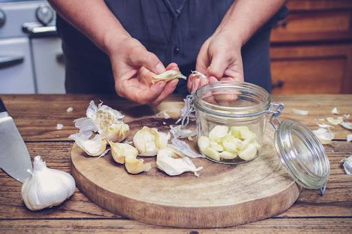Nguyên liệu làm tỏi lên men mật ong rất dễ kiếm, dễ làm.